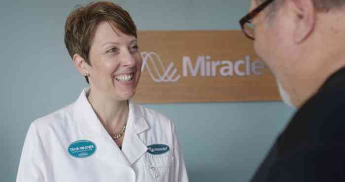 Miracle-Ear audiologist talking to a customer in a Miracle-Ear center